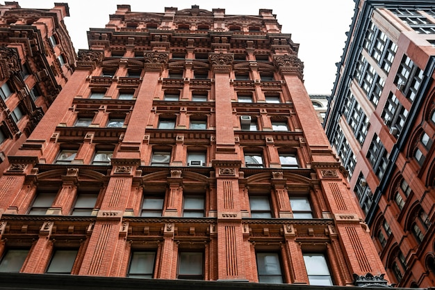 Фасад типичного древнего красного кирпичного здания в манхэттене, нью-йорк
