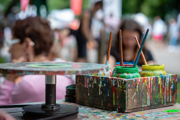 さまざまな色のコンテナは、アーティストの屋外ワークショップです。