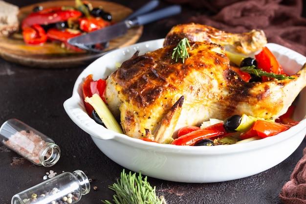グラタン皿に野菜と鶏の丸焼き。