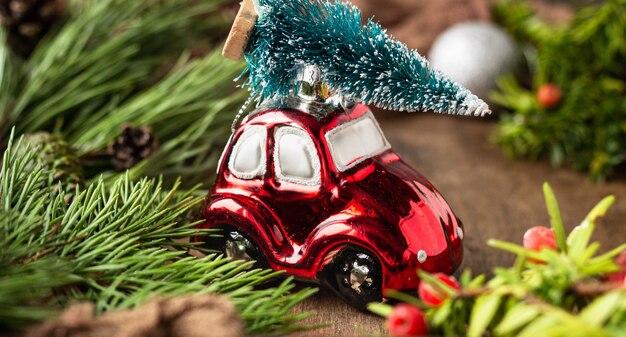 小さな車の飾りとクリスマスの装飾