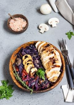 鶏の胸肉のローストと赤キャベツの煮込み、マッシュルームとトマト添え