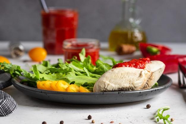 鶏の胸肉と赤唐辛子とトマトソース