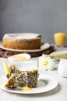 Кусочек макового пирога с сахарной пудрой