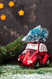 おもちゃの車とクリスマスツリーのクリスマスの装飾