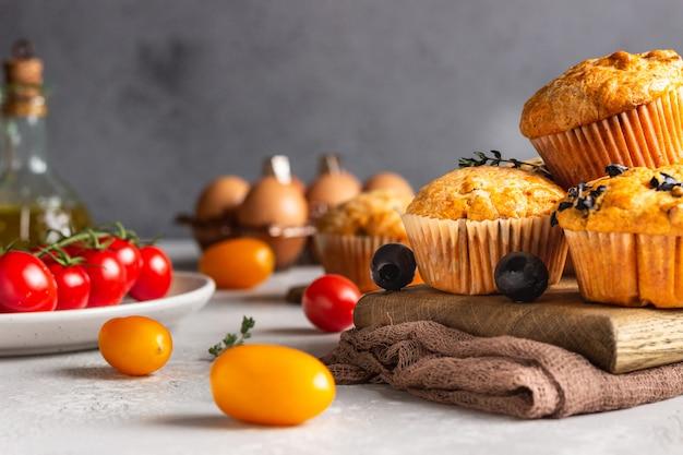 Пикантные кексы с вялеными томатами и оливками
