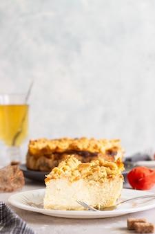 カッテージチーズ、オレンジジャム、クランブル入りチーズケーキ