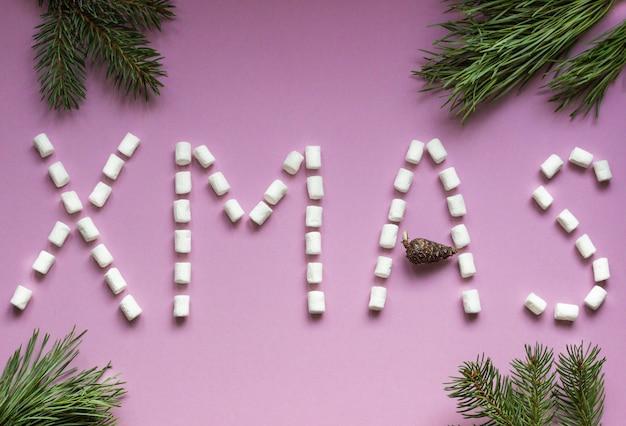 クリスマス-ピンクの紙とモミの枝にマシュマロと手紙の部分で書かれました。