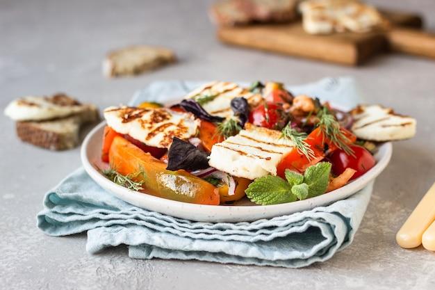 Салат из помидоров, запеченного перца и лука с жареным сыром