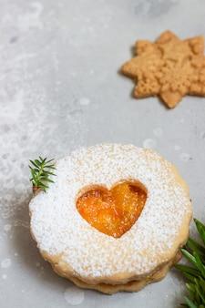 クリスマスリンツァークッキーとジャム。伝統的なオーストリアのクリスマスクッキー。もろいペストリー。