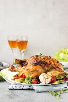 白いセラミックプレートに野菜、タイム、サラダと鶏肉を焼きました。