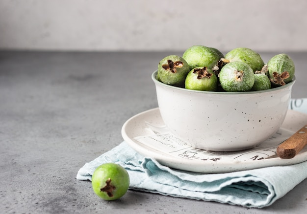 Зеленая фейхоа. ягоды семейства гуавовых. тропический фрукт. здоровая вегетарианская еда.