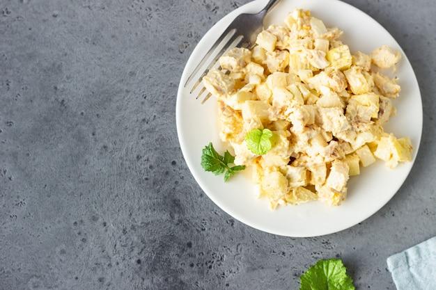 Здоровый куриный салат с яйцом, яблоком и дайконом