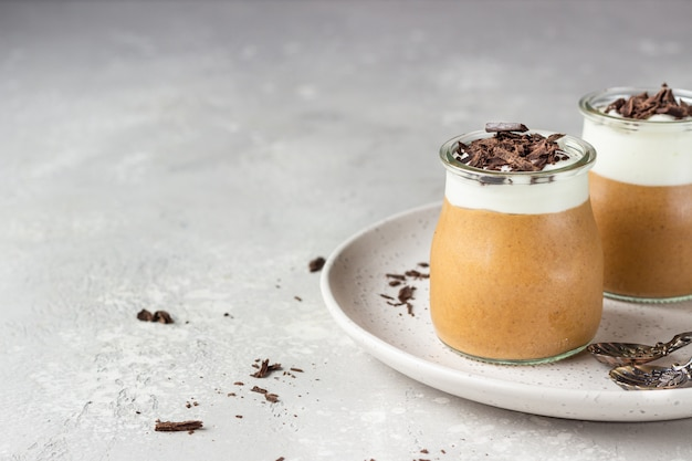 ホイップクリームと部分グラスにチョコレートの部分とチョコレートのムース