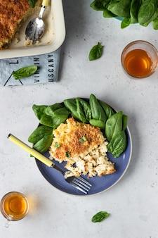 マックとチーズ、アメリカンスタイルのマカロニパスタ、チーズのソースとカリカリのパン粉のトッピング。