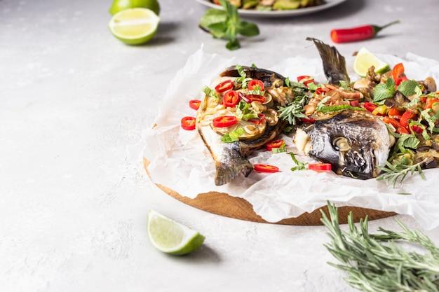 ライム、肌寒い、ハーブと野菜の焼きドラド魚