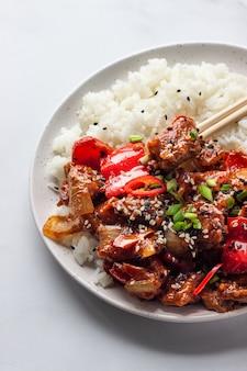 豚肉炒めご飯、野菜、ネギ