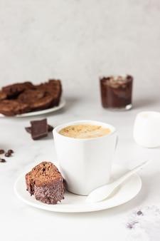 ライトグレーの表面にチョコレートを使った伝統的なイタリアの自家製ビスコッティ