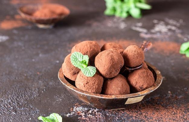Конфеты из трюфеля темного шоколада с сырым какао-порошком и мятой
