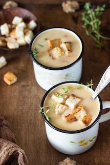 ジャガイモ、ニンジン、赤ピーマン、クルトン入りの自家製コーンチャウダースープ