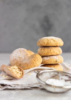 粉砂糖をまぶしたピーナッツ入りの焼きたてのバタークッキー