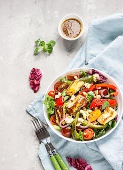 Салат из овощей с помидорами черри, запеченным перцем, миксом салата и луком с жареным сыром халуми