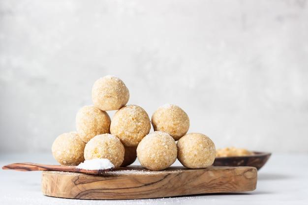 ココナッツフレークと伝統的なインドの祭りのお菓子