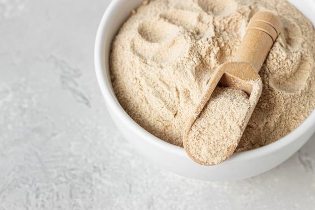 そば粉とボウルに小麦粉を入れた小さな木製のスクープ
