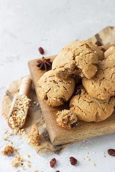 Домашнее веганское печенье с гречкой, изюмом и орехами