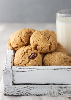 Гречневое печенье с изюмом и орехами со стаканом молока