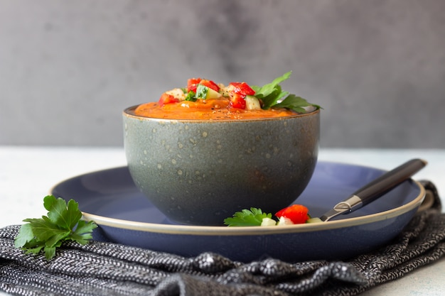 Чаша с томатным супом гаспачо, гарниром с огурцом и помидором
