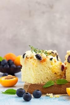 Чернично-абрикосовый торт на деревянной разделочной доске