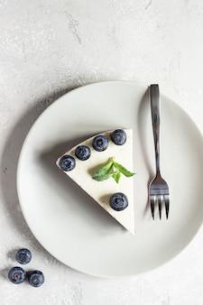 ブルーベリーチーズケーキ、新鮮なブルーベリー、ミントのかけら