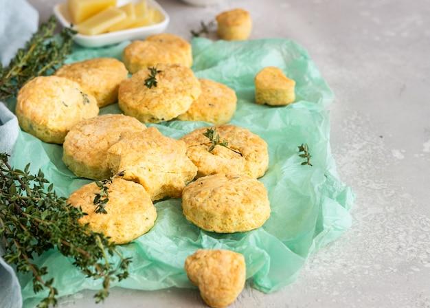 焼きたての美味しいイングリッシュスコーンまたはクッキーとチーズとタイム。おいしいチーズのスコーンまたはクッキー。