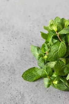 ミント。新鮮な有機ミント、スペアミント、ペパーミントの葉の束。