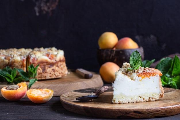 アプリコットとクランブル、新鮮なアプリコットとミントのチーズケーキ。
