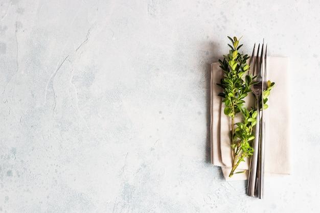 コピースペースとツゲの素朴なテーブルの設定。プロヴァンス風の休日の装飾。