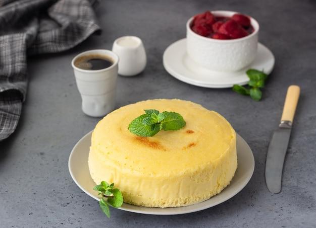 日本の綿のチーズケーキとミントとイチゴ。