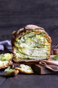 自家製の編んだルッコラのペストパン。イタリアンブレッド。素朴なスタイル。