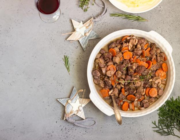 野菜とハーブ入りの牛肉のブルギニヨンまたは肉シチュー。