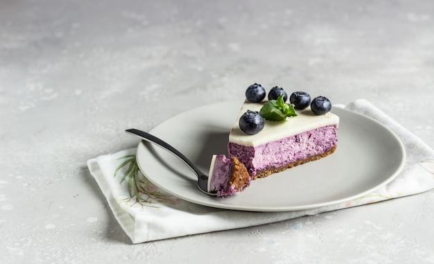 ブルーベリーチーズケーキ、新鮮なブルーベリー、ミントのかけら。