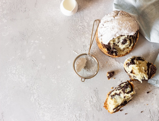 モダンなペストリー、バニラ、粉砂糖入りチョコレートクロフィン。