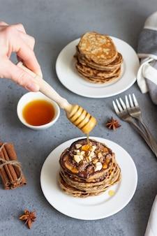 カシューナッツ、蜂蜜、シナモン、アニスのパンケーキ。