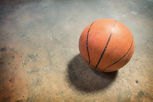 Баскетбол на гранж бетонный пол