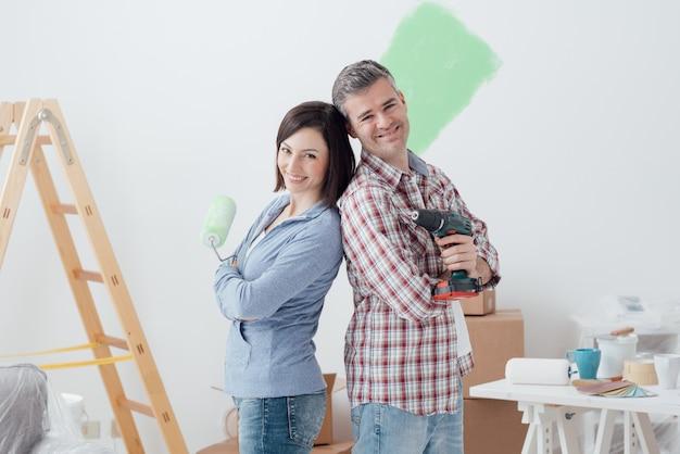 家の改修を行うカップル
