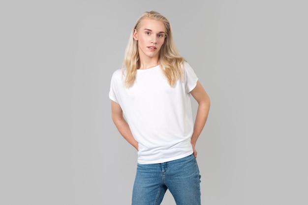Позирует с джинсом и футболкой