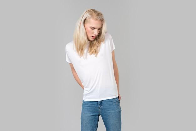 Позирует с белой пустой футболкой