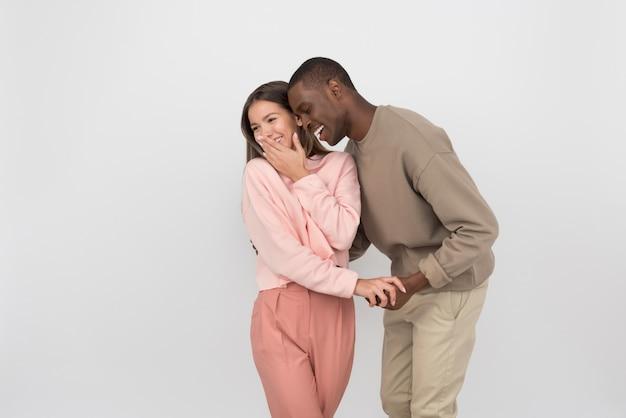 笑っている異人種間のカップル
