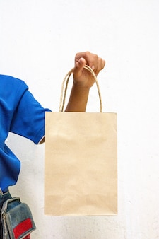 買い物袋を持つ若い女