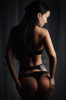 セクシーな黒のランジェリーで完璧な女の子