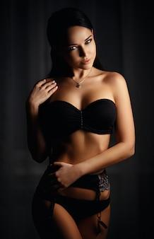 セクシーな黒のランジェリーで美しい少女